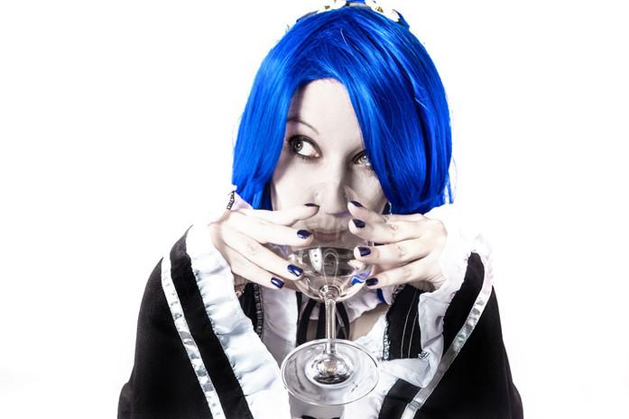 Lin-Cosplay-Wasser-aus-Weinglas-trinkend