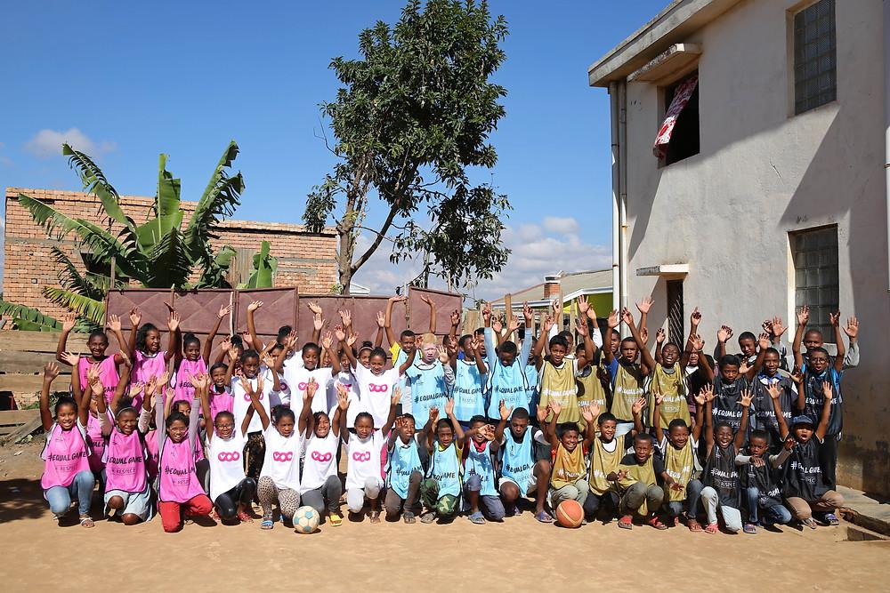 élèves de l'école Règne en chasuble, prêts à faire du sport
