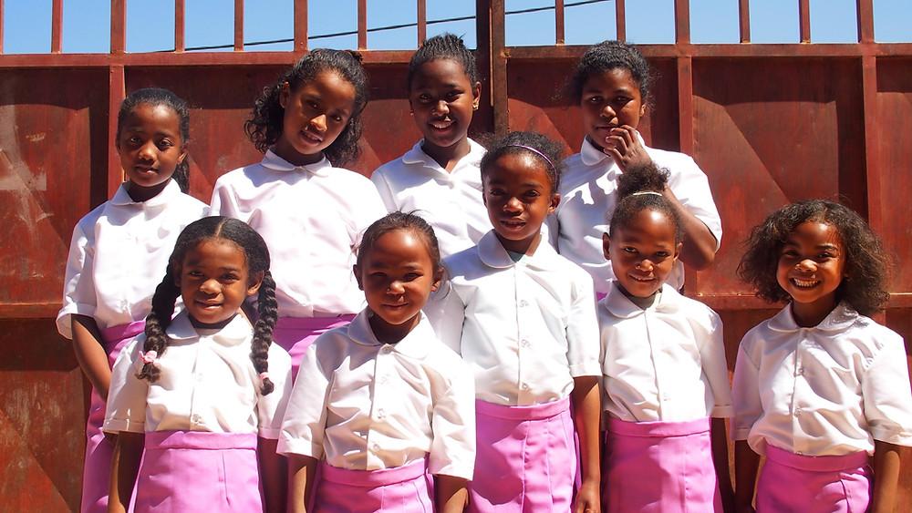 Eleves de l'école Règne à Madagascar en tenue