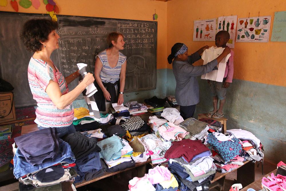 Eleve de l'école Règne essayant des vêtements