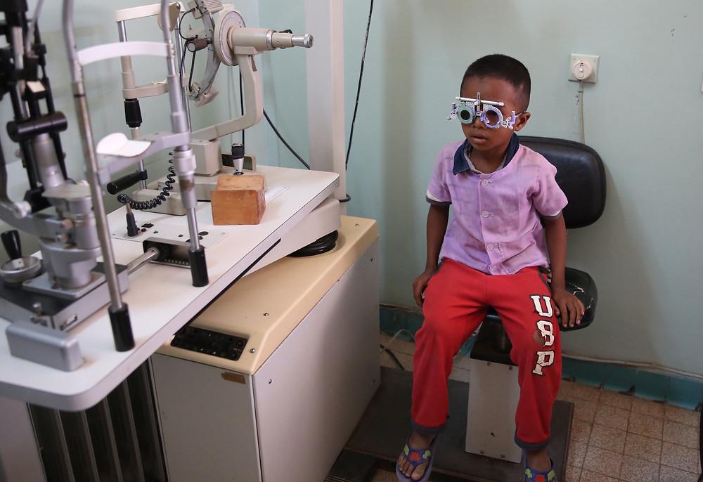 Eleve de l'école Règne chez l'ophtalmologue