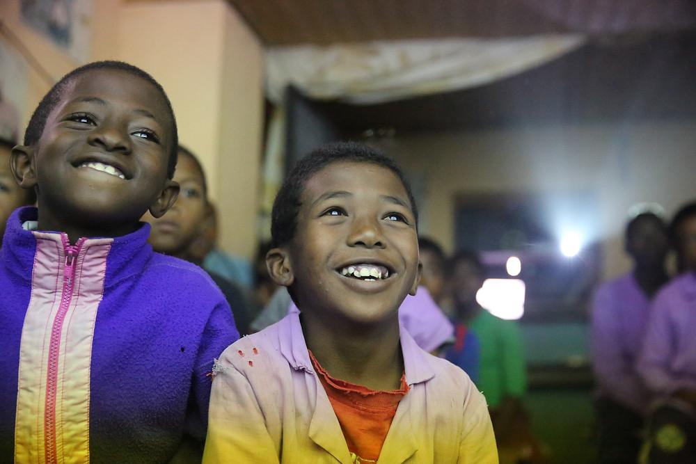Eleves de l'école Règne à Madagascar regardant un film