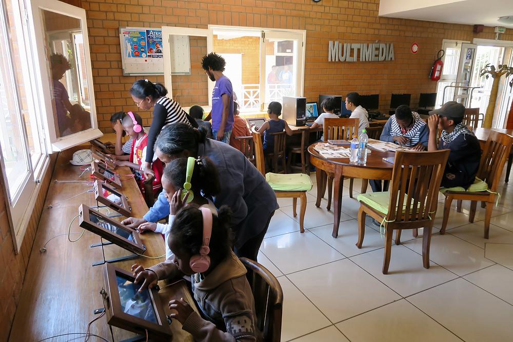 les élèves de l'école Règne à la médiathèque