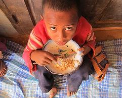 lutte contre la malnutrition, enfant mangeant son repas