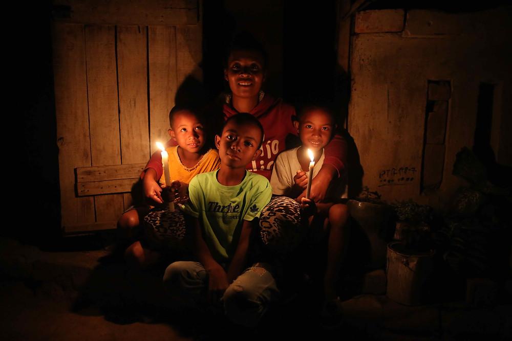 portrait d'une famille s'éclairant avec des bougies