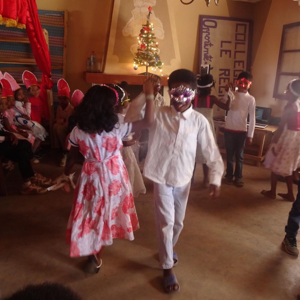 Spectacle des élèves de l'école Règne à Madagascar