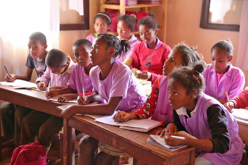 Classe d'élèves de l'école Règne à Madagascar