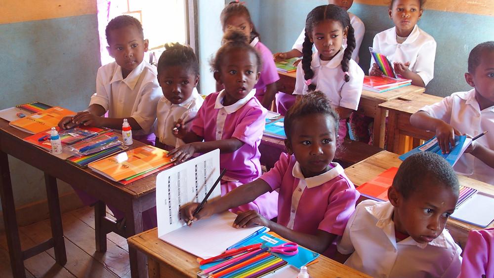 Des fournitures scolaires pour les enfants de l'école Règne à Madagascar
