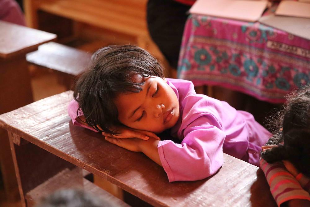 un élève de l'école Règne dormant sur la table
