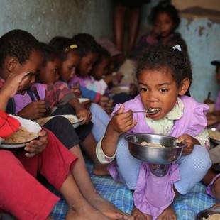 Les enfants de l'école Règne prenant leur repas du midi
