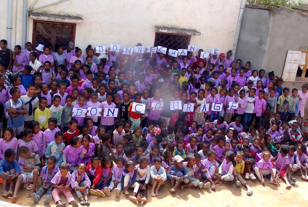 les élèves de l'école Règne souhaitant bon courage