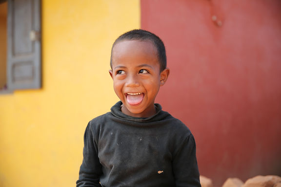 grimace drôle d'un jeune garçon malgache