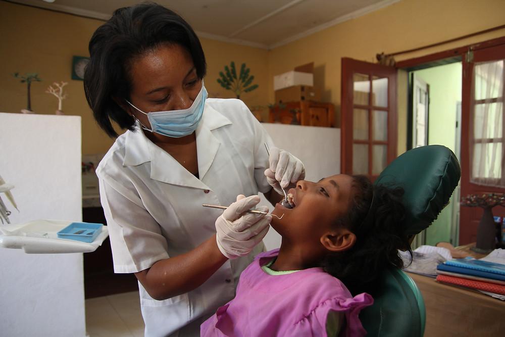Visite chez le dentiste pour les enfants de l'école Règne à Madagascar