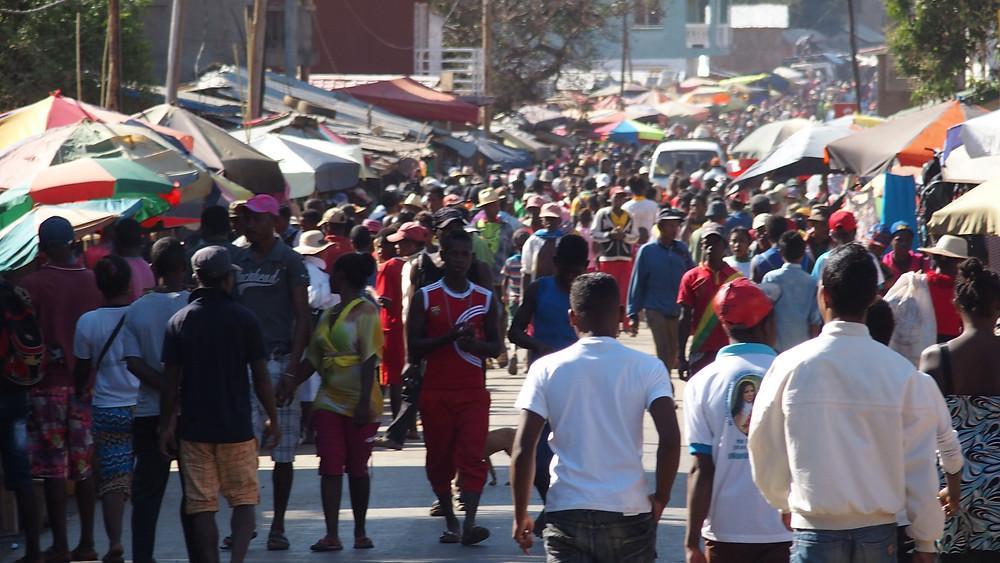 la population malgache dans les rues de Madagascar
