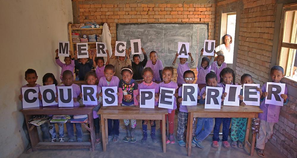 Eleves de l'école Règne à Madagascar qui remercient l'opération bol de riz