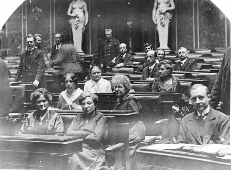 Quelle: ÖNB - Erste Sitzung der Konstituierenden Nationalversammlung Die weiblichen Abgeordneten der sozialdemokratischen Partei.