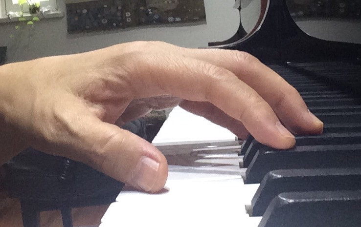 pianist plays scale