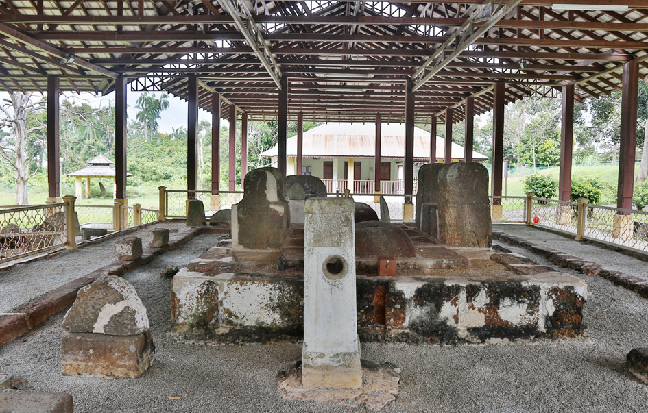 serembanonline photograph of megaliths including the stone lie detector at Pengkalan Kempas Historical Complex by Nic Falconer nicaliss