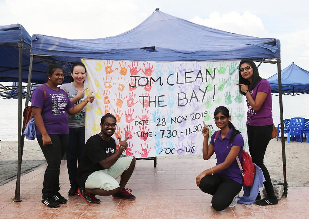 Santhana, Florentina, Velindran, Jessica and Komethi from Segi College in Subang Jaya begin their campaign of awareness.