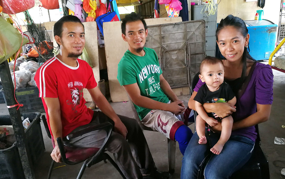 serembanonline photograph of Philippine family Ina and her brothers and child at their roadside stall by photographer Nic Falconer