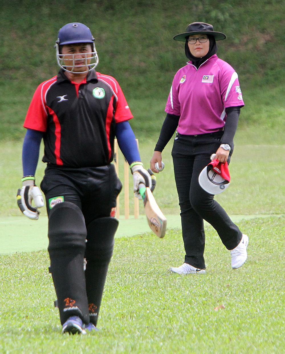serembanonline photograph of the NS T20 cricket  finals between Gemencheh and Kampung Gadong at KGV Seremban by Nic Falconer nicaliss
