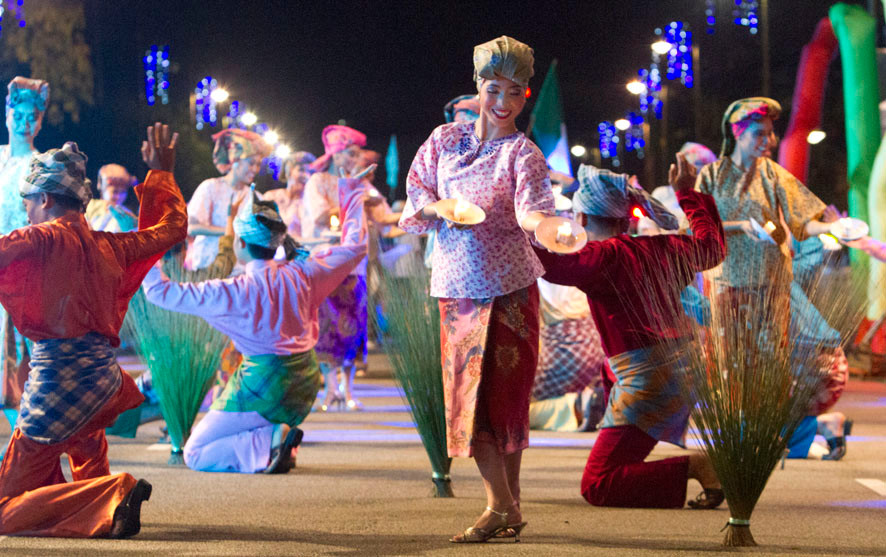 photograph of dancers at merdeka day celebrations in seremban for serembanonline.com by photographer nic falconer nicaliss