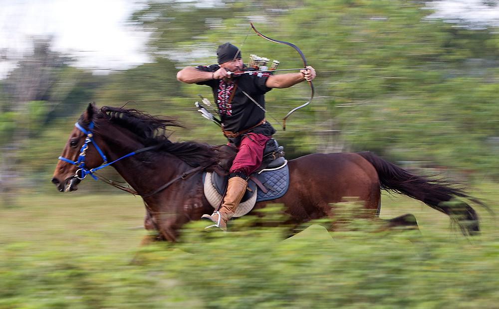 serembanonlinephotograph of Cozmei Mihai horseback archer at Ladang Alam Warisan by photographer Nic Falconer nicaliss
