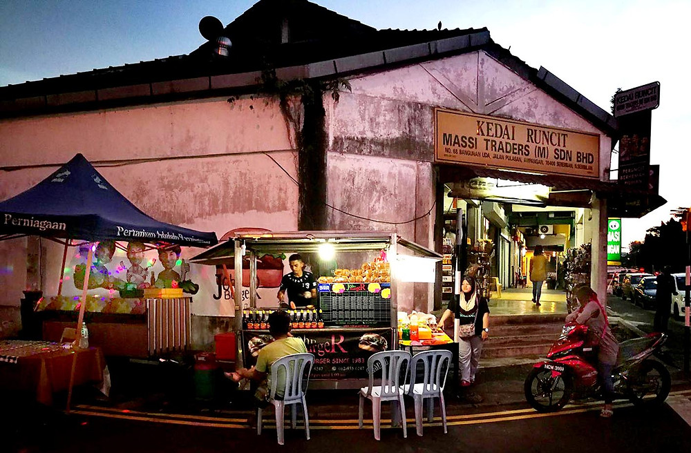 serembanonline photograph of ABA burger stall last week at Ampangan outside UTC with lots of customers by photographer Nic Falconer