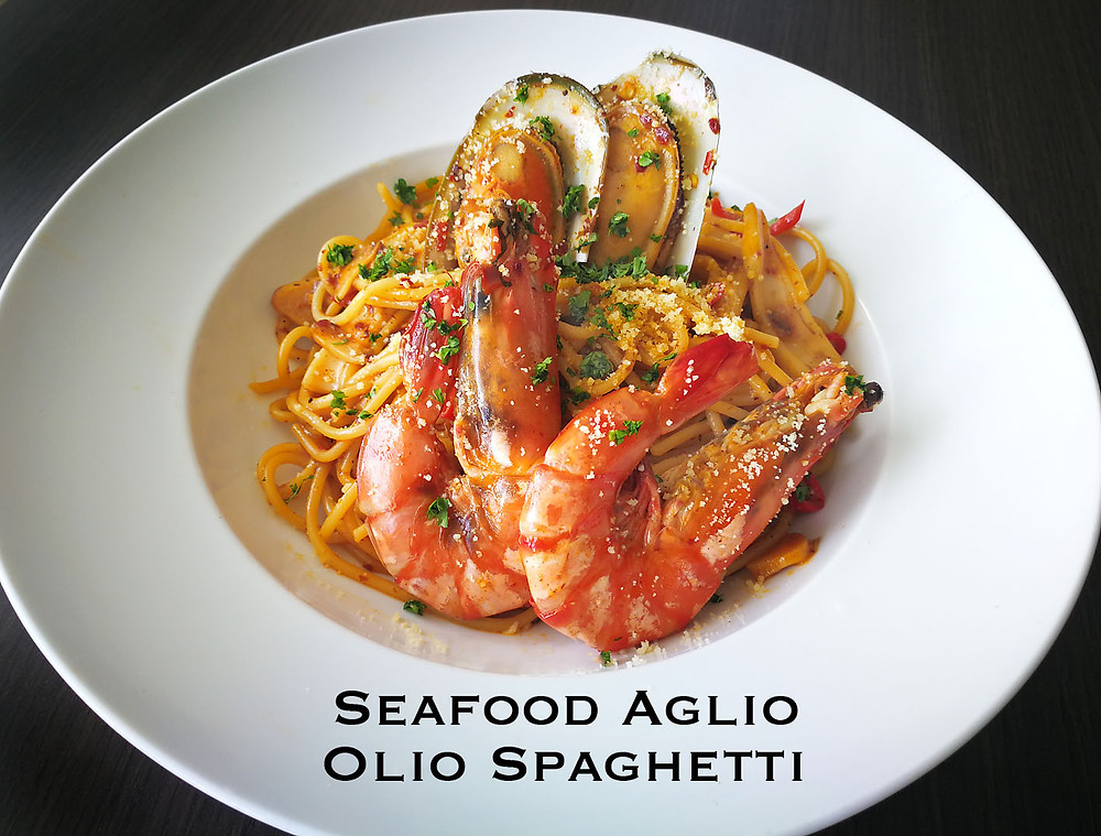 serembanonline photograph of the seafood aglio olio spaghetti at MoVida, d'Tempat Country Club at Sendayan by photographer Nic Falconer nicaliss