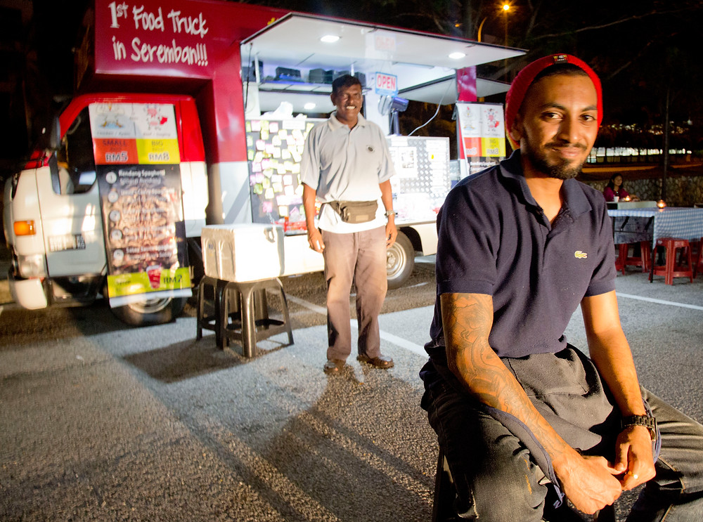 serembanonline pic of Das and his son at the food truck in Uptown seremban2 by photographer Nic Falconer nicaliss