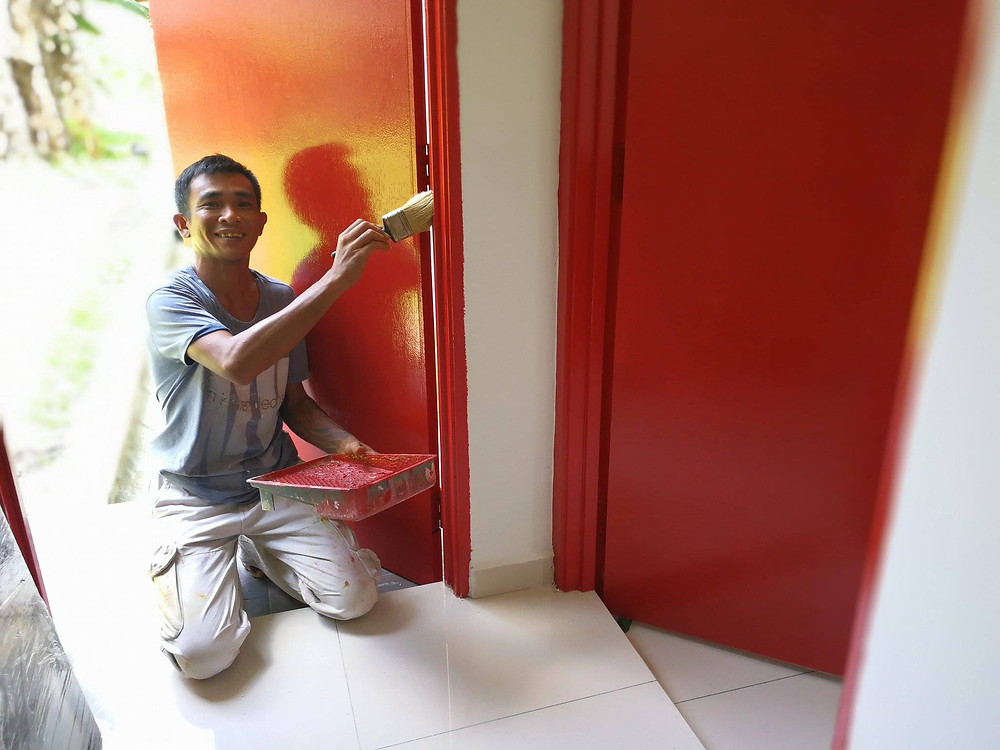 serembanonline photograph by photographer Nic Falconer of painter worker Ah Tin painting a door