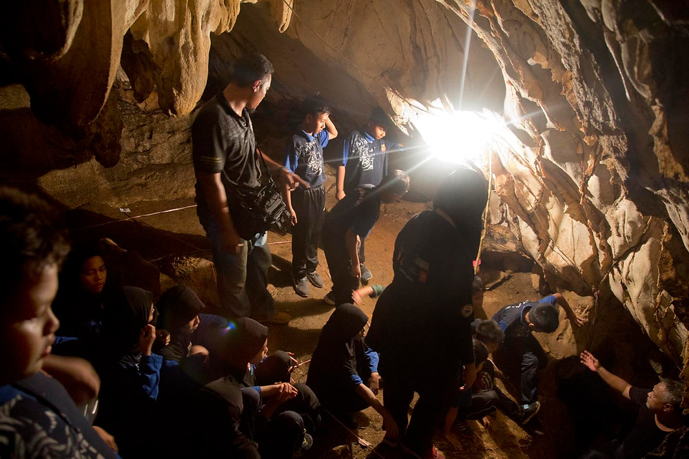 serembanonline photograph of Gua pasoh cave exploration showing children going into a cave by photographer Nic Falconer nicaliss