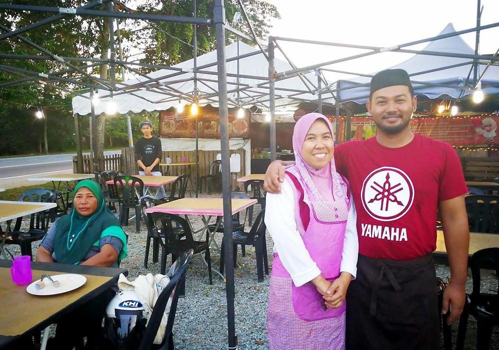 serembanonline photograph of Abdullah and Norhasibah owners of new foodstall at Jalan Jelebu by photographer Nic Falconer