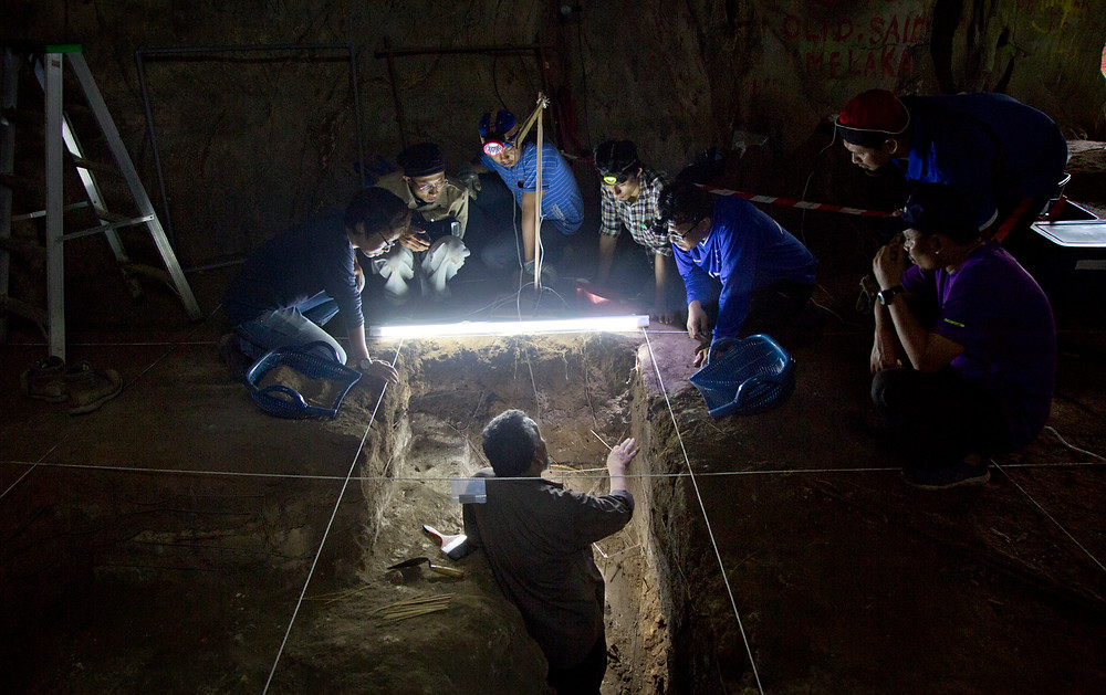 serembanonline photograph of  excavations at Gua Pelangi  by  Nic Falconer nicaliss