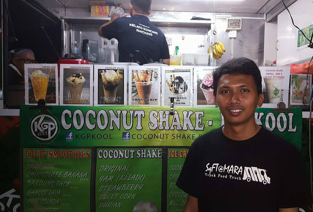 serembanonline photograph of Mohd Syazwan Shamsul Bahar and one of the food trucks at Mara, Ampangan by photographer Nic Falconer nicaliss