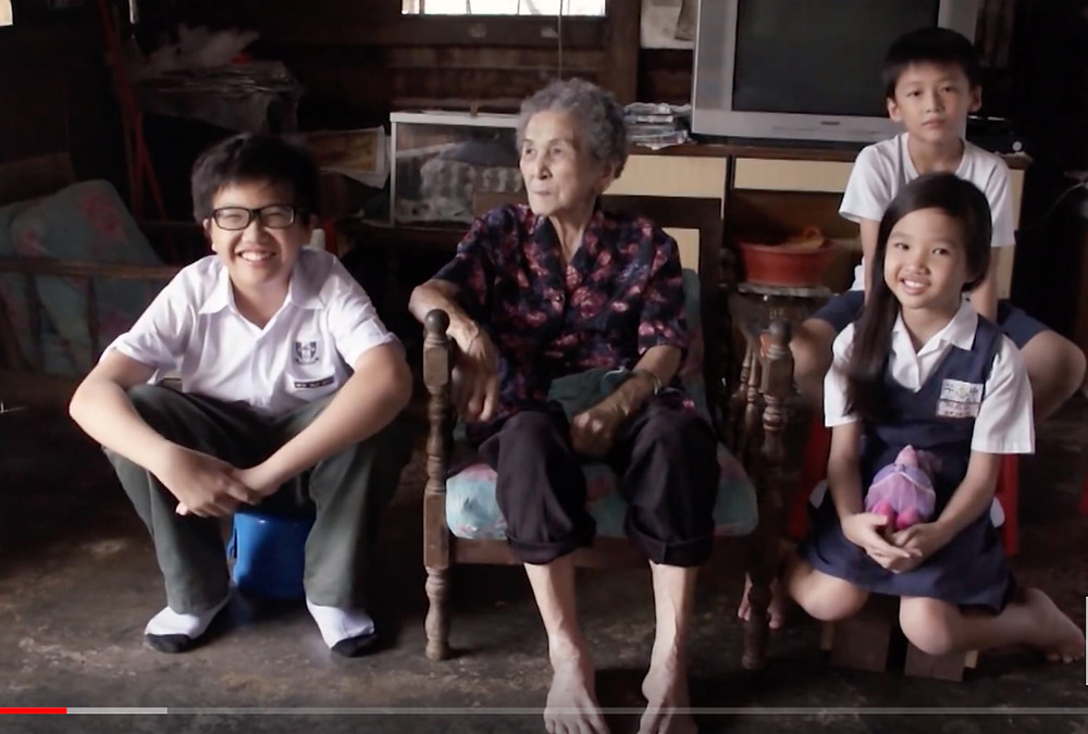 A serembanonline.com photograph of  Kong Sook Noon and some of her descendants          by photographer Nic Falconer nicaliss