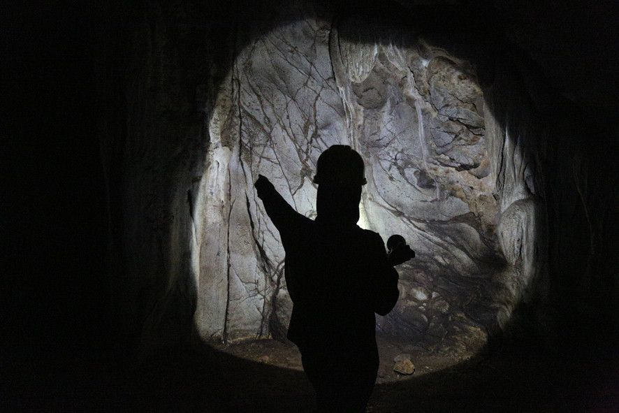 serembanonline photograph of Nor Azliny of ATOA Adventures in one of the caves near Gua Pelangi by photographer Nic Falconer nicaliss.