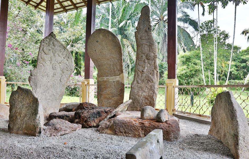 serembanonline photograph of megaliths at Pengkalan Kempas Historical Complex by Nic Falconer nicaliss