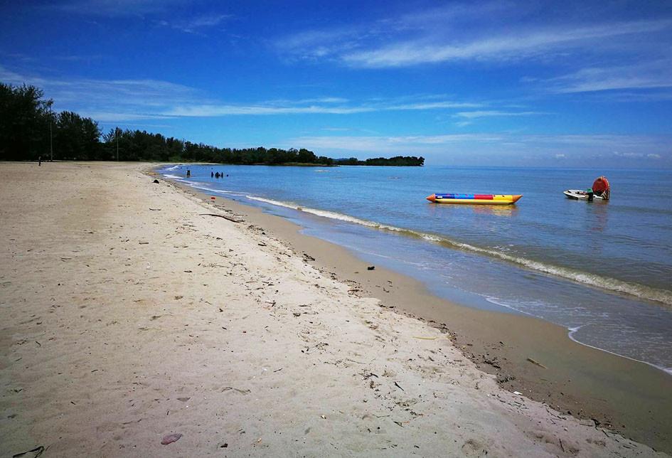 serembanonline photograph of Pantai Saujana by photographer Nic Falconer nicaliss