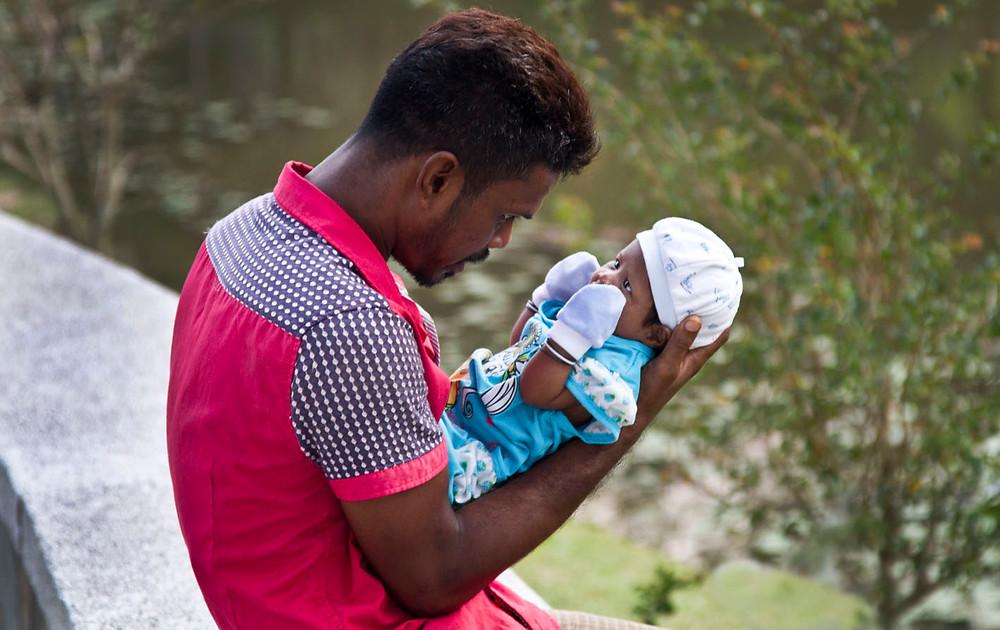serembanonline photograph of new baby and new father at Taman Tasik, aka Lake Gardens Seremban by photographer Nic Falconer