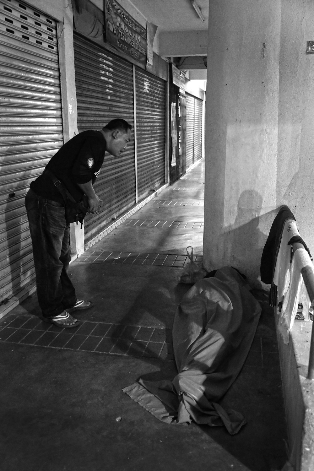 nicaliss serembanonline photograph of a Perkasih N9 volunteer checking the status of a homeless man. An organisation that Nizam and his charitable friends  support