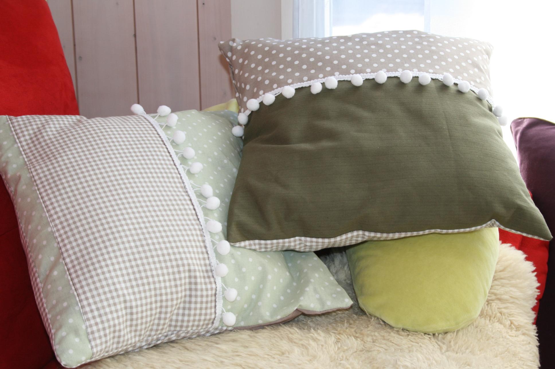 """Kissen grün-beige mit """"Pommeln"""""""