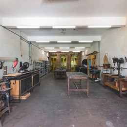 Bancadas e equipamentos apropriados para o trabalho manual