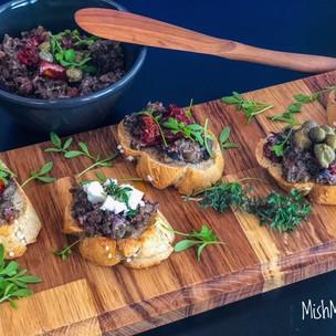 Tapenáda z oliv a pečené zeleniny s domácími bagetkami