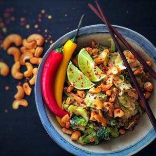 Rýžové nudle s kešu limetkovo chilli omáčkou