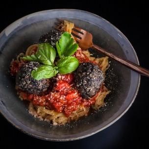 Čofu kuličky v rajské omáčce s hráškovými špagetami