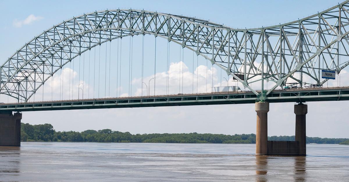 Bridge over Mississippi River, May 2019