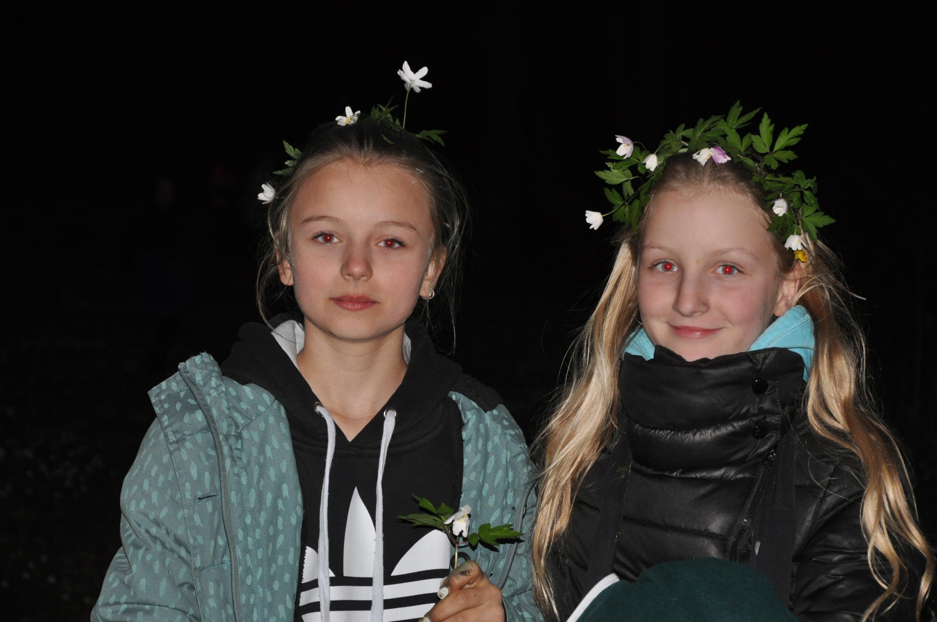 nachtwanderung mit Blumenkränzchen