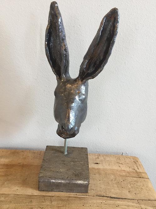 Haas in brons glazuur op harthouten sokkel