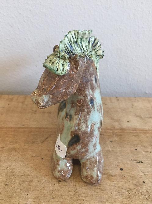 Klein gespikkeld bruin/mint paardje met gele manen